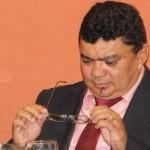 Um prefeito preocupado com as constantes quedas de recursos no município.