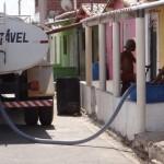 Guamaré: Prefeitura distribui através de carros pipas água potável para população.